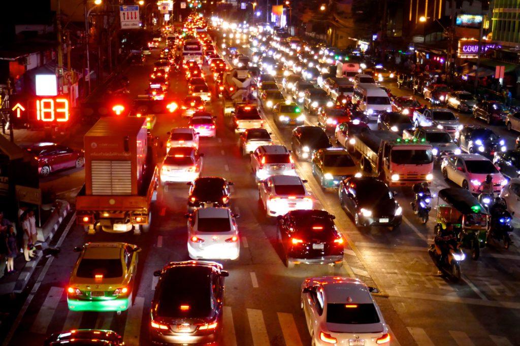 """Weihnachten in Bangkok. Nächtlicher Straßenverkehr bildet eine """"Lichterkette""""."""