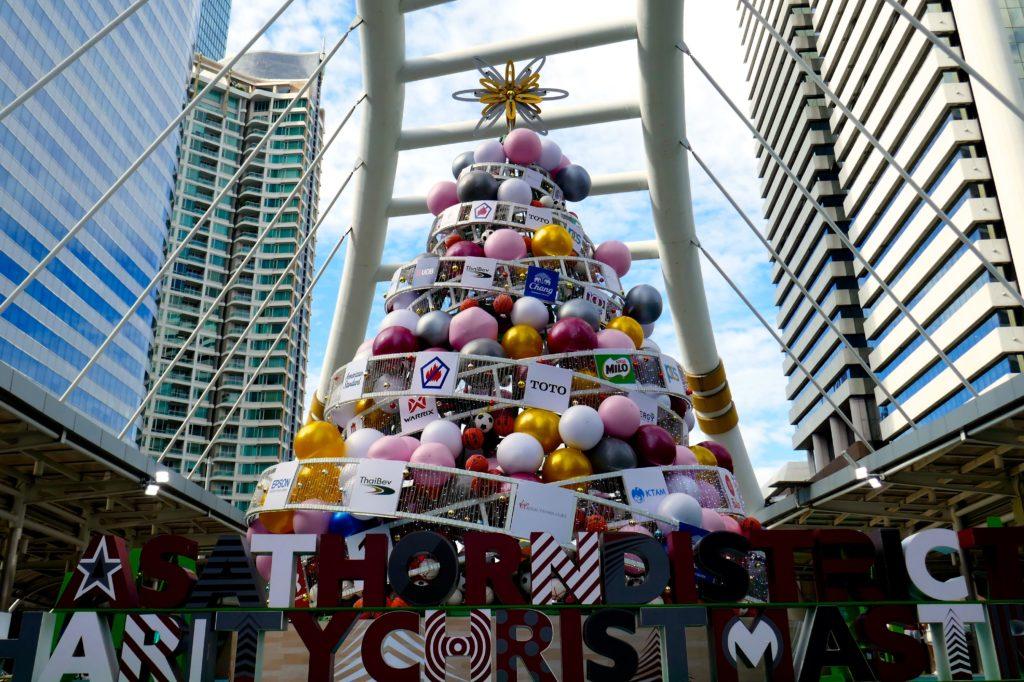 Bangkok. A Sathorn District Charity Christmas Tree 2018, Weihnachtsbaum zu wohltätigen Zwecken.