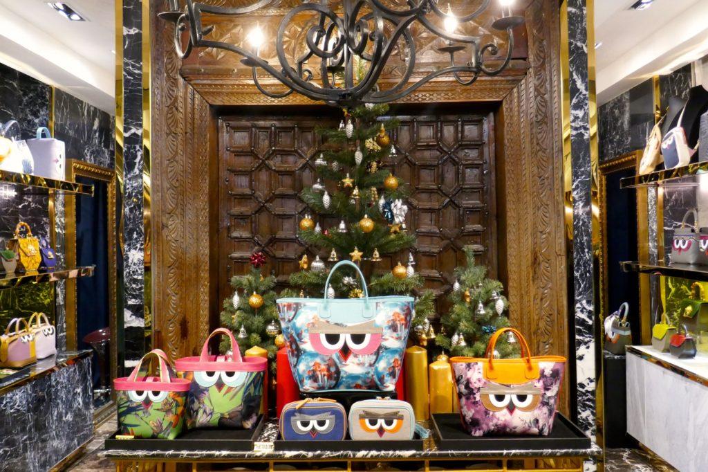 """Weihnachten in Bangkok. """"Taschen mit Gesicht"""" vor weihnachtlicher Deko."""