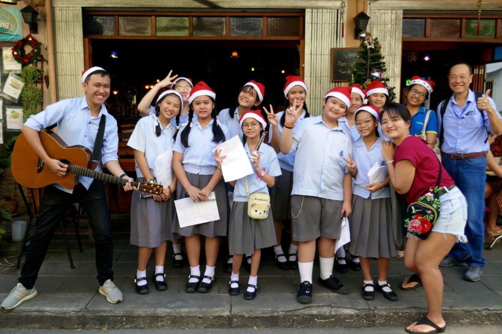 Weihnachten in Bangkok. Schülerchor in Bang Rak.