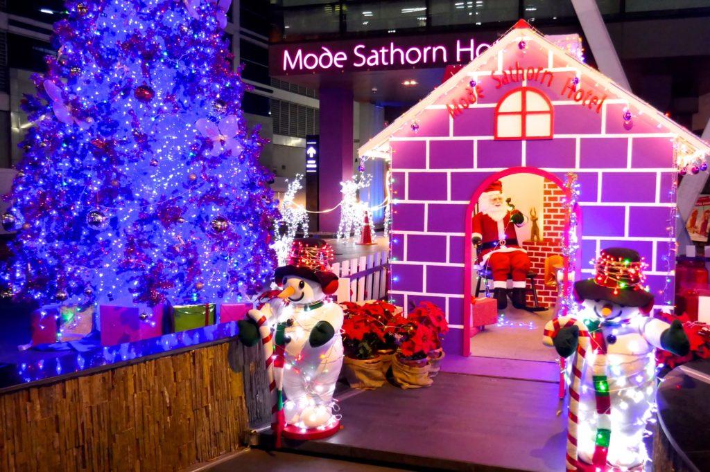 Weihnachten in Bangkok. Weihnachtliche Dekoration vor einem Hotel in Bangkok.