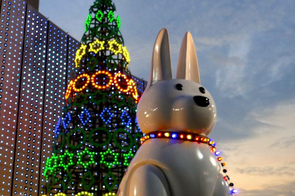 Weihnachtsbaum und Hasenfigur vor MBK Center in Bangkok.