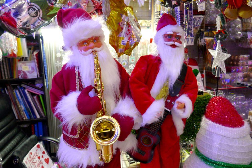 Weihnachten in Bangkok. Musikalische Weihnachtsmänner in Chinatown.
