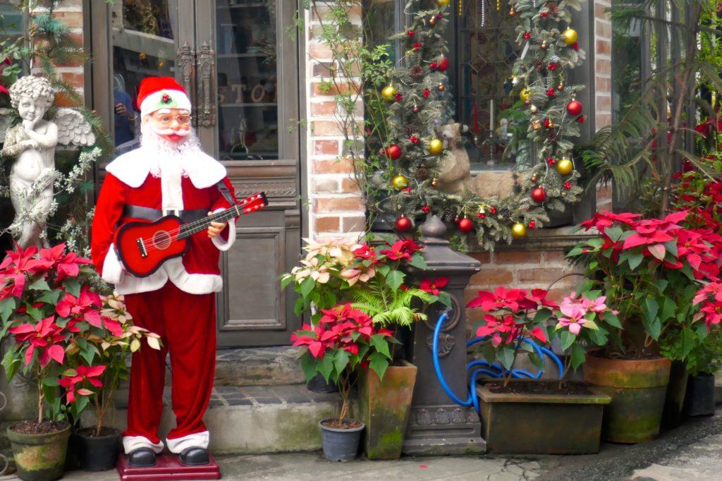 Weihnachten in Bangkok. Weihnachtsmann vor einem Restaurant.