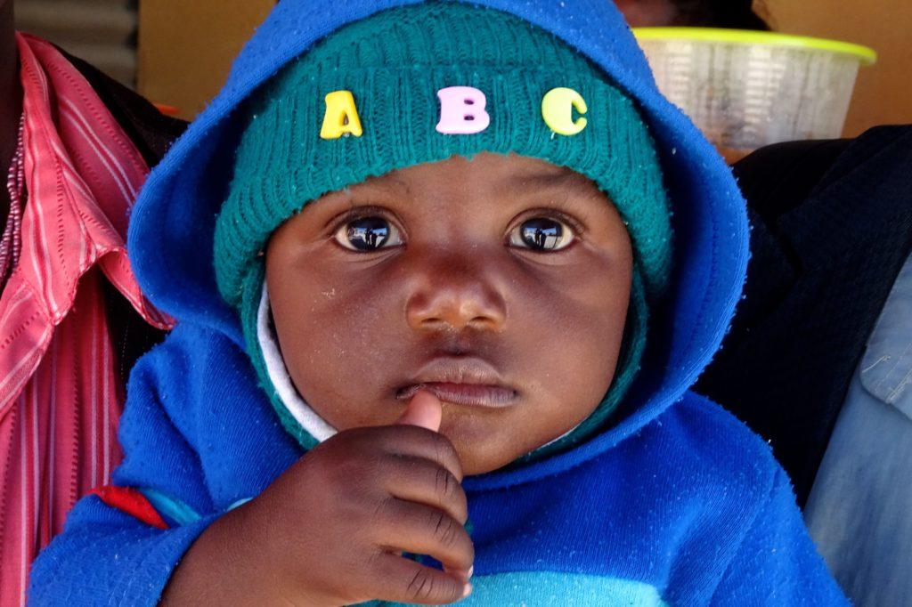 Straßenfotografie in Namibia, Motto: Aller Anfang ist schwer. Kleiner Junge in Ondangwa.