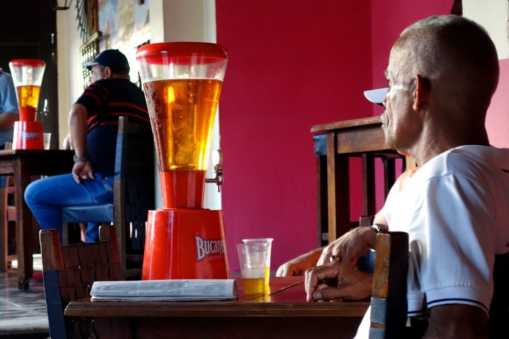 Straßenfotografie in Kuba unter dem Motto aller Anfang ist schwer. Bier trinken in Guantánamo.