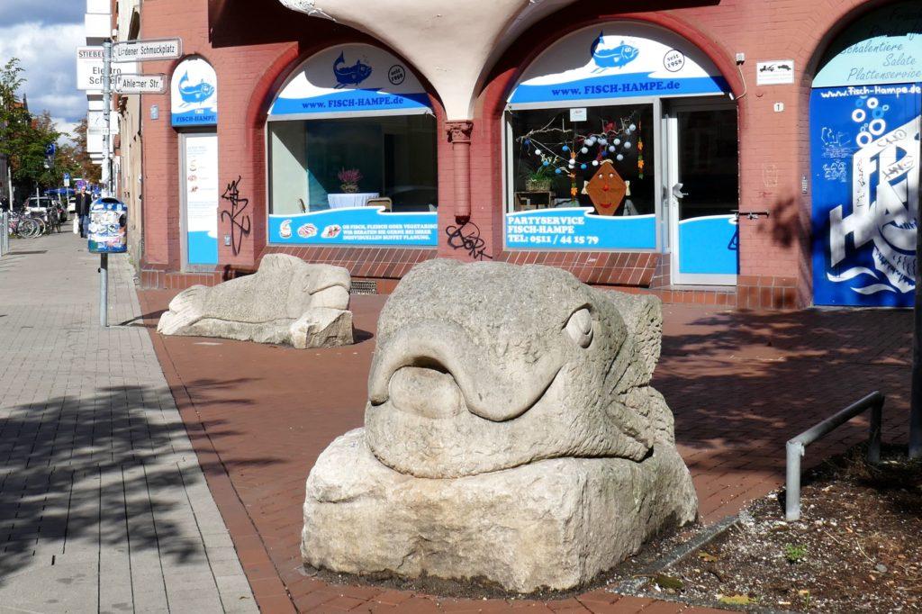 Fische aus Stein am Schmuckplatz, Hannover-Linden, vom Künstler Wolfgang Supper.