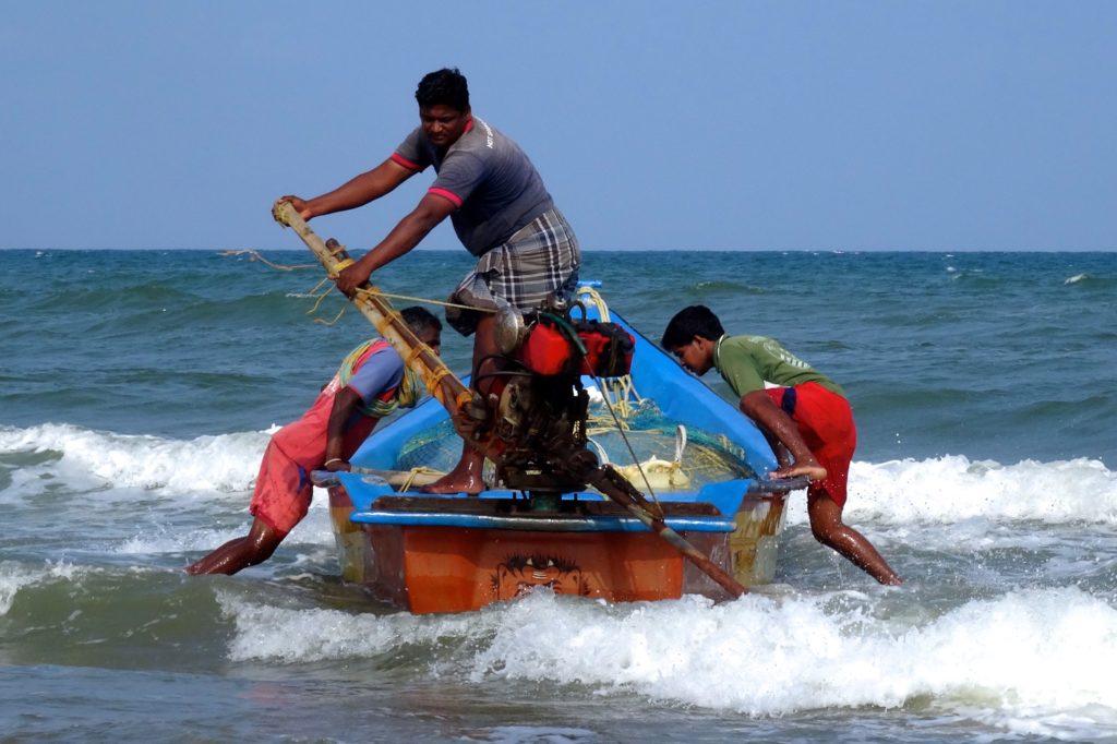 Straßenfotografie in Indien unter dem Motto aller Anfang ist schwer. Fischer mit ihrem Boot in Mamallapuram (oder Mahabalipuram).