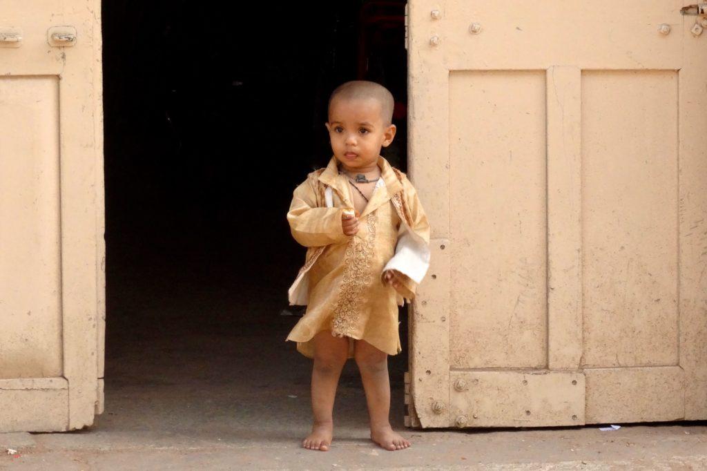 Straßenfotografie in Indien unter dem Motto aller Anfang ist schwer. Kleiner Junge in Mysore.
