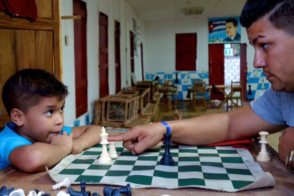 Straßenfotografie in Kuba, Motto: Aller Anfang ist schwer. Schachspiel in Moa.