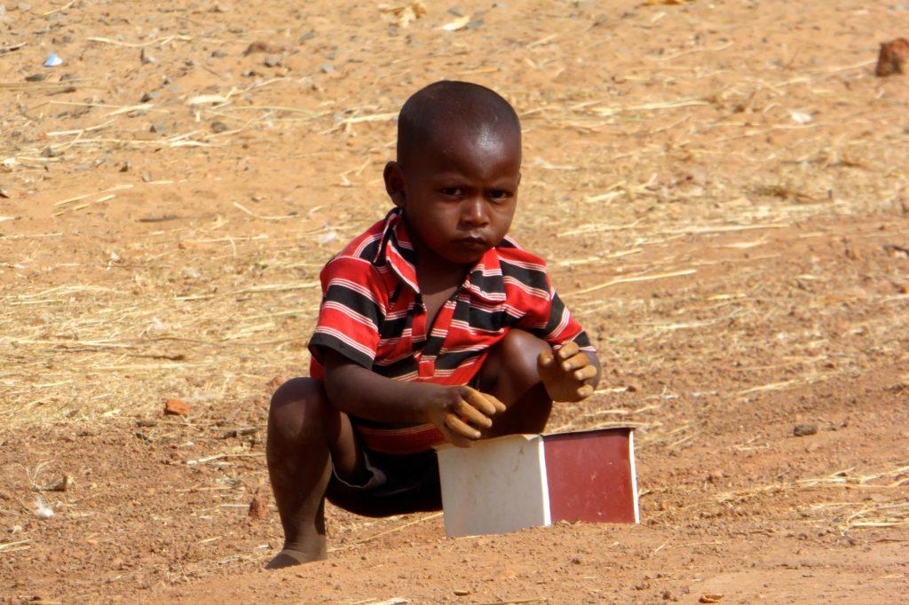 Straßenfotografie in Indien. Aller Anfang ist schwer: Kleiner Junge mit schwerer Kiste.