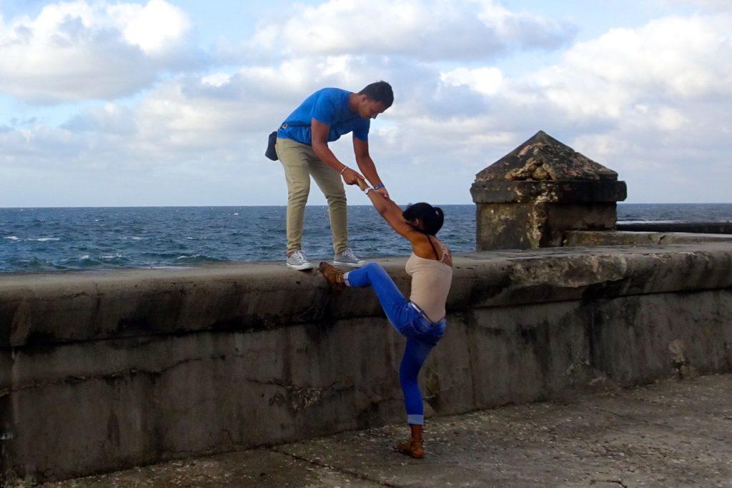 Straßenfotografie in Kuba unter dem Motto aller Anfang ist schwer. Hier: Paar am Malecón von Havanna.