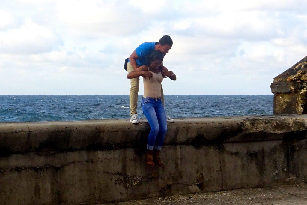 Straßenfotografie in Kuba unter dem Motto aller Anfang ist schwer. Junges Paar am Malecón, Havanna.