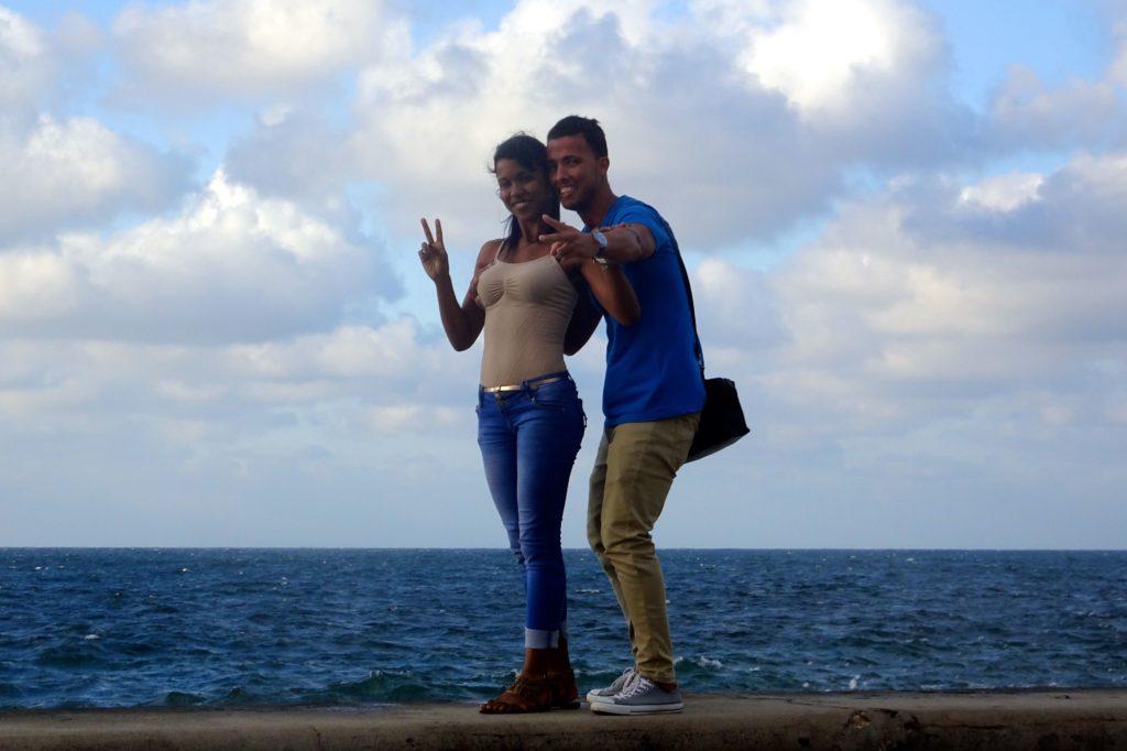 Straßenfotografie in Kuba unter dem Motto aller Anfang ist schwer. Paar auf der Mauer am Malecón in Havanna.