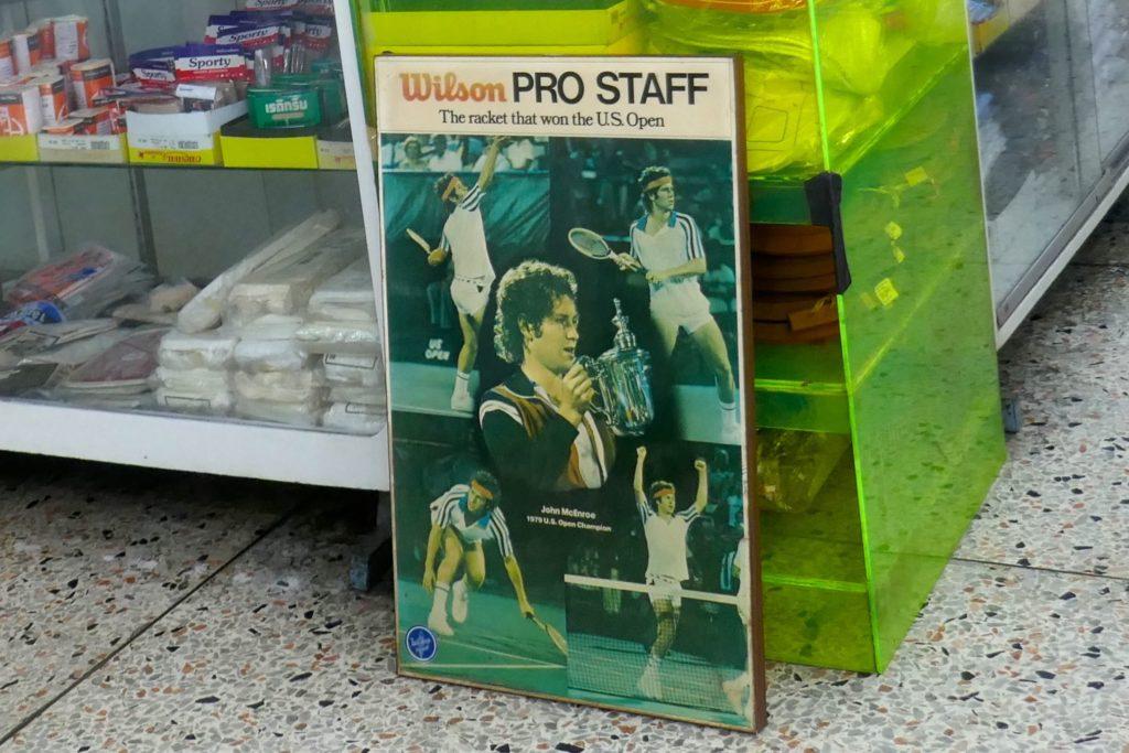 Plakat mit der Tennis-Legende John McEnroe im Kaufhaus Nightingale-Olympic, Bangkok.