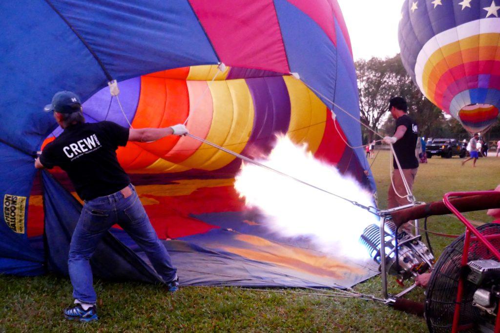 Penang Hot Air Balloon Fiesta. Vorbereitung: Erhitzte Luft bläht den Ballon auf.