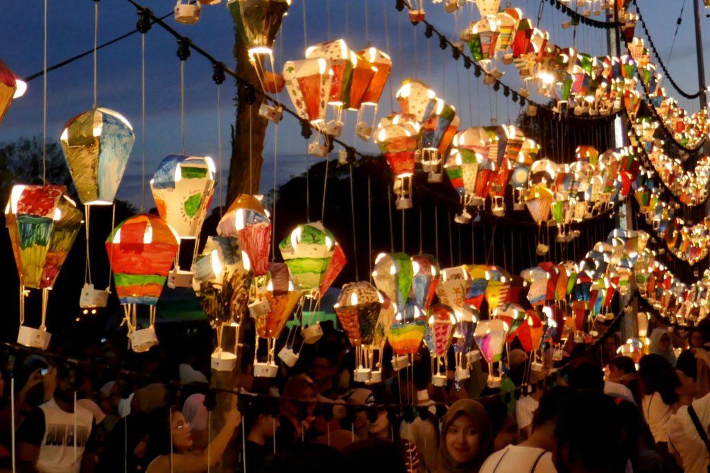 Penang Hot Air Balloon Fiesta. Miniballons leuchten am Abend.