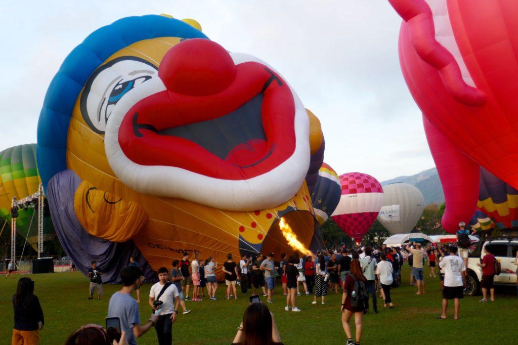 Penang Hot Air Balloon Fiesta in George Town. Der Ballon mit dem Clownsgesicht heißt Bruno und stammt aus der Slowakei.