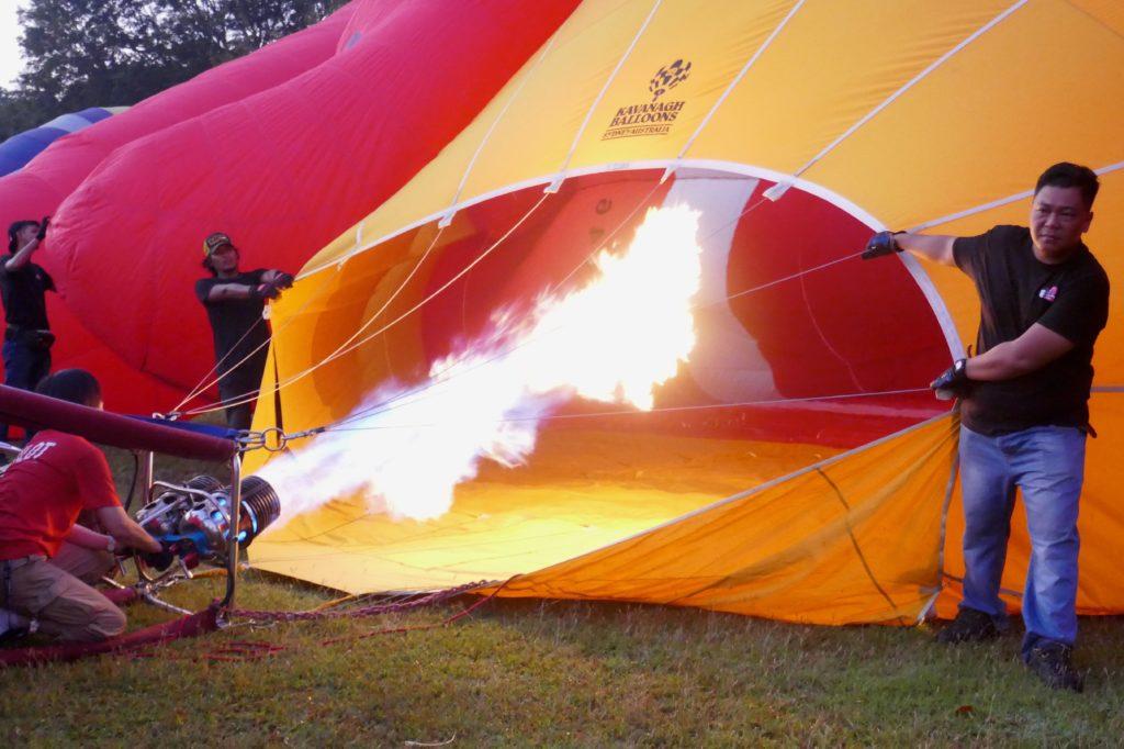 Penang Hot Air Balloon Fiesta. Aufblähen eines Ballons mit heißer Luft.