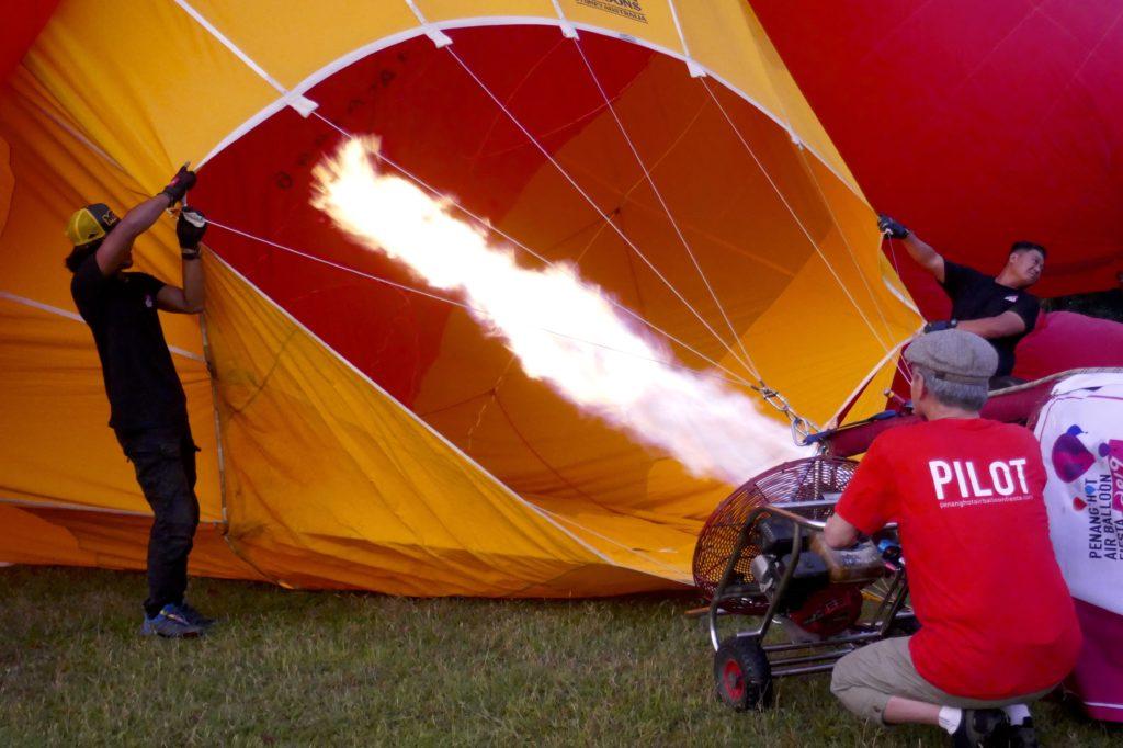 Penang Hot Air Balloon Fiesta, George Town. Vorbereitung: Erhitzen der Luft.