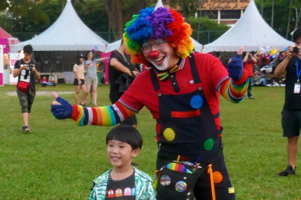 Penang Hot Air Balloon Fiesta. Ein Clown unterhält die Kinder.