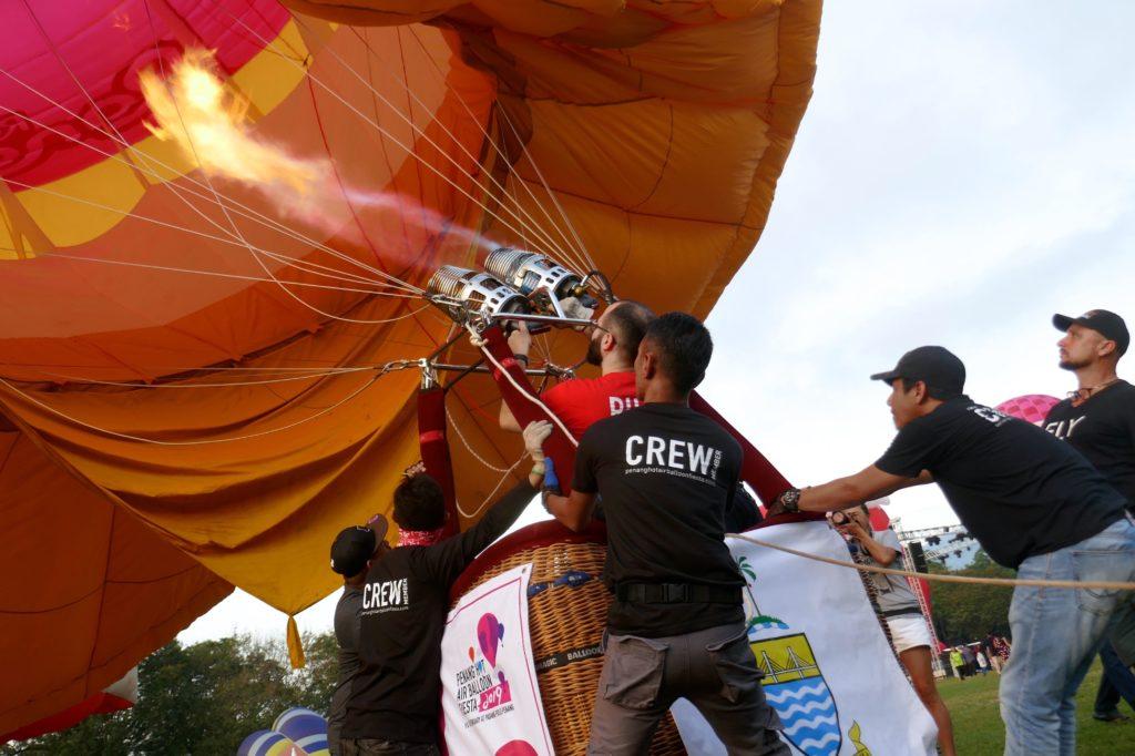 Penang Hot Air Balloon Fiesta- Vorbereitung mit vereinten Kräften.