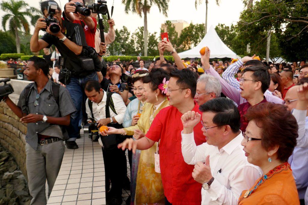 Chap Goh Meh, chinesischer Valentinstag, in George Tow. Ministerpräsident Chow Kon Yeow freut sich über gelungenen Orangenwurf.