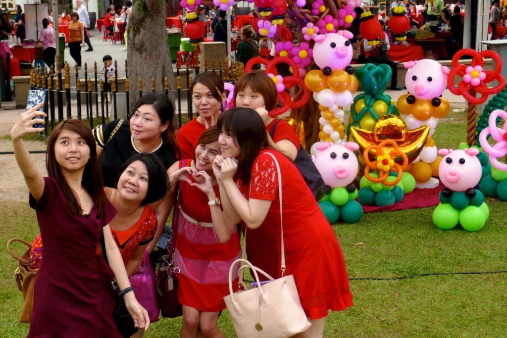Chap Goh Meh in George Town. Selfie vor bunter Kulisse.