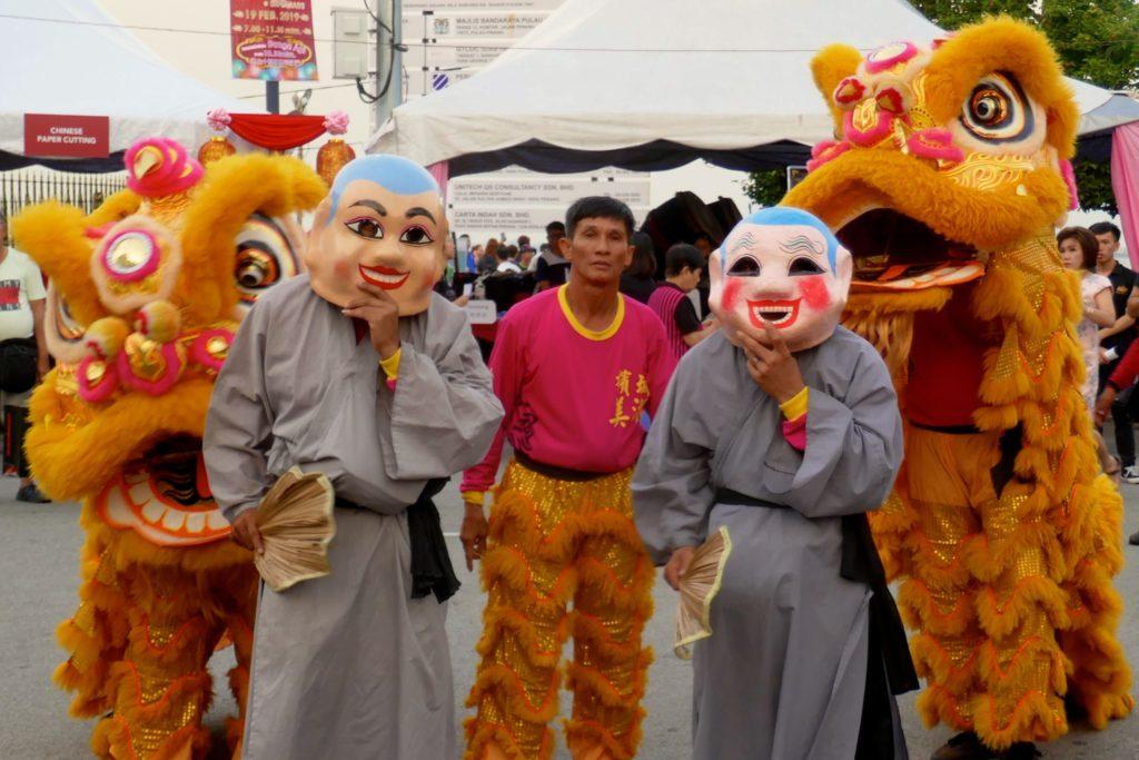 Chap Goh Meh, chinesischer Valentinstag in George Town, Malaysia. Löwentanzdarsteller auf der Esplanade.