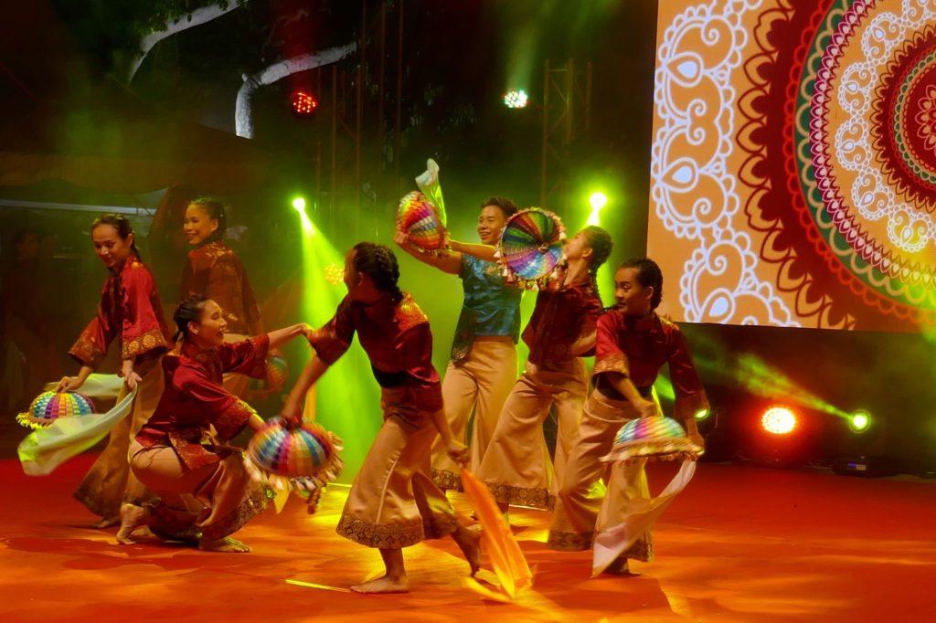 Chap Goh Meh, chinesischer Valentinstag in George Town, Malaysia. Tänzer und Tänzerinnen .