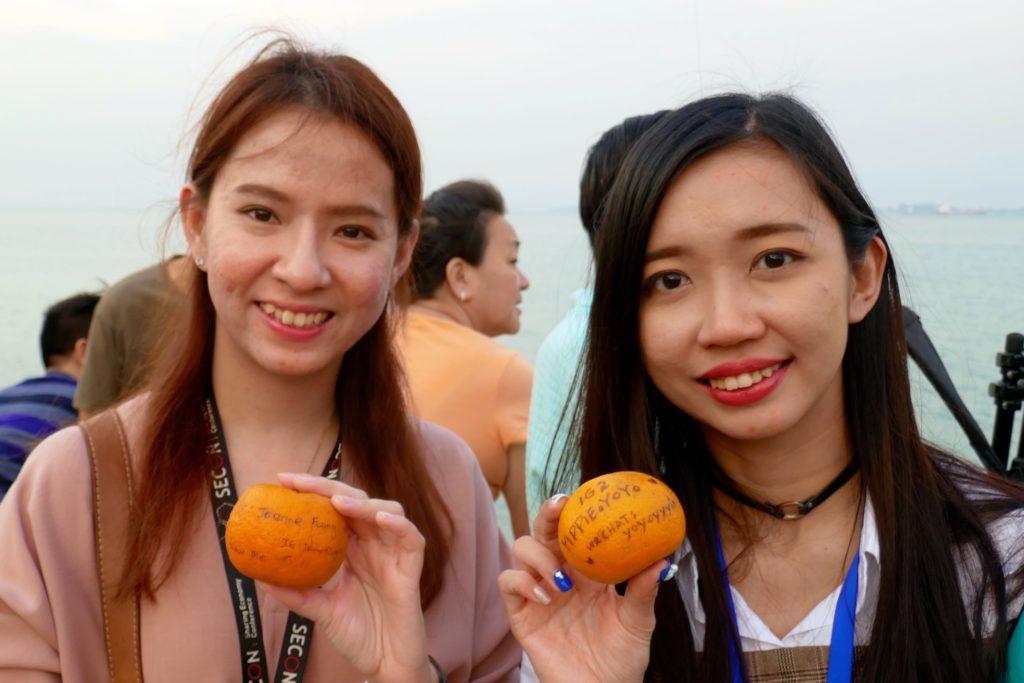 Chap Goh Meh, chinesischer Valentinstag, in George Tow. Wurfbereite junge Damen mit ihren beschrifteten Orangen .