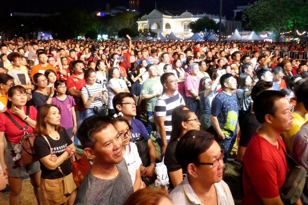 Chap Goh Meh, chinesischer Valentinstag in George Town, Malaysia. Gebannt verfolgen die Zuschauer das Programm.