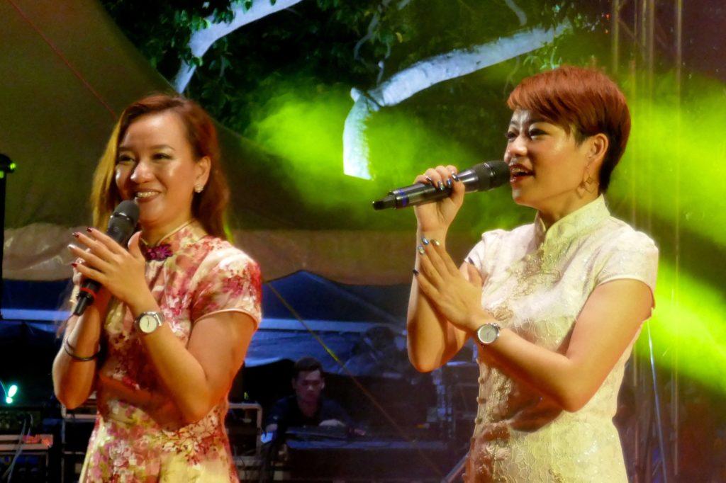 Chap Goh Meh in George Town, Malaysia. Die Moderatorinnen führen zweisprachig durch das Programm.