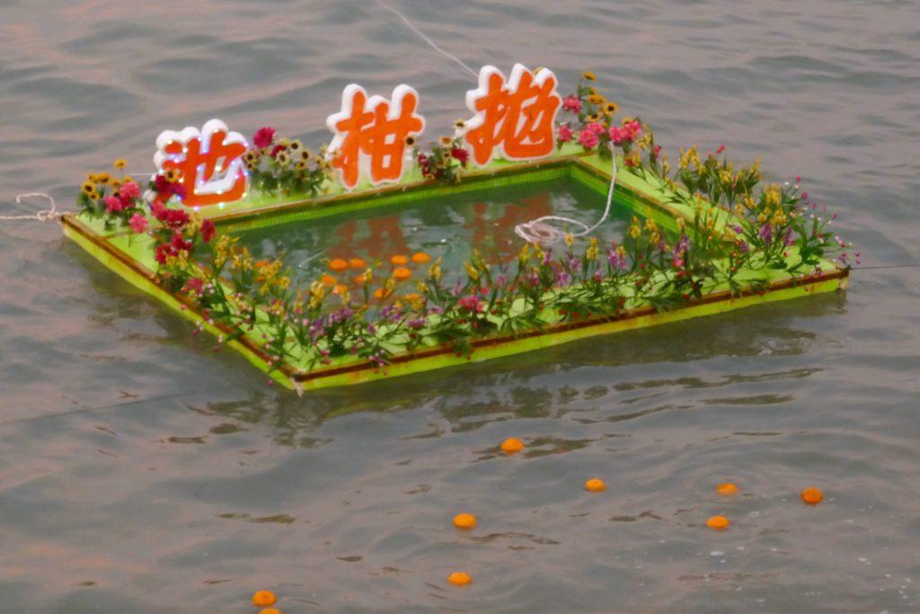 Chap Goh Meh, chinesischer Valentinstag in George Town, Malaysia. Dieses Ziel ist beim Orangenwurf zu treffen.