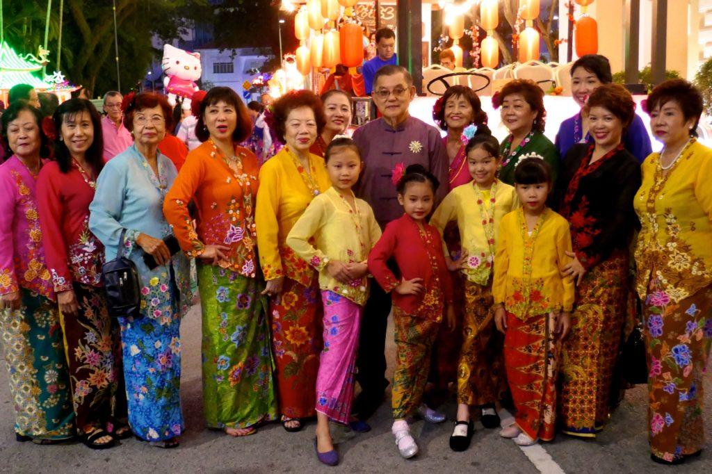 Chinesischer Valentinstag in George Town, Malaysia. Chap-Goh-Meh-Gäste in festlicher Garderobe.