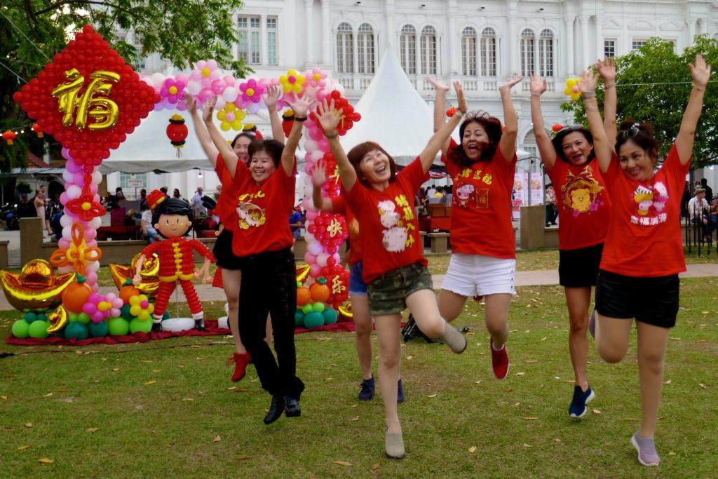 Chap Goh Meh in George Town, Malaysia. Prächtige Valentinstagsstimmung auch bei den nicht mehr ganz jungen Damen.