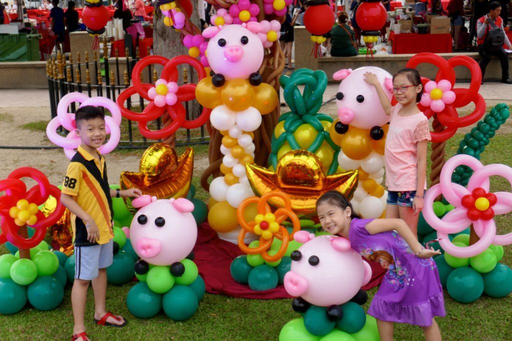Chinesischer Valentinstag in George Town, Malaysia. Farbenfrohe Chap-Goh-Meh-Deko als Fotokulisse.
