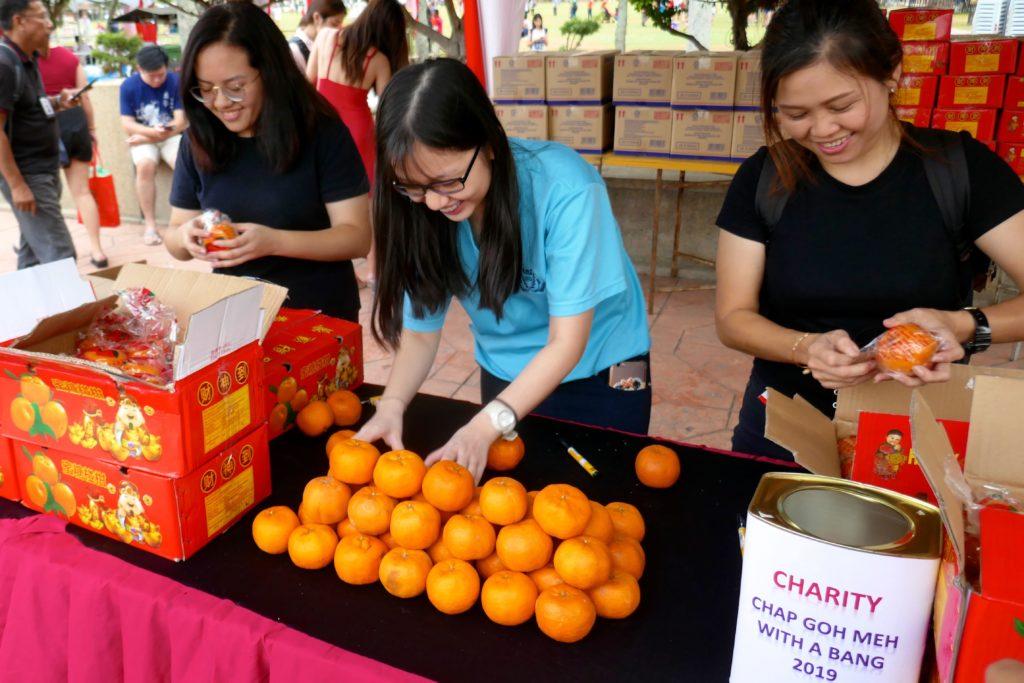 Chap Goh Meh, chinesischer Valentinstag in George Town, Malaysia. Vorbereitung der Orangen für das traditionelle Wurfritual.