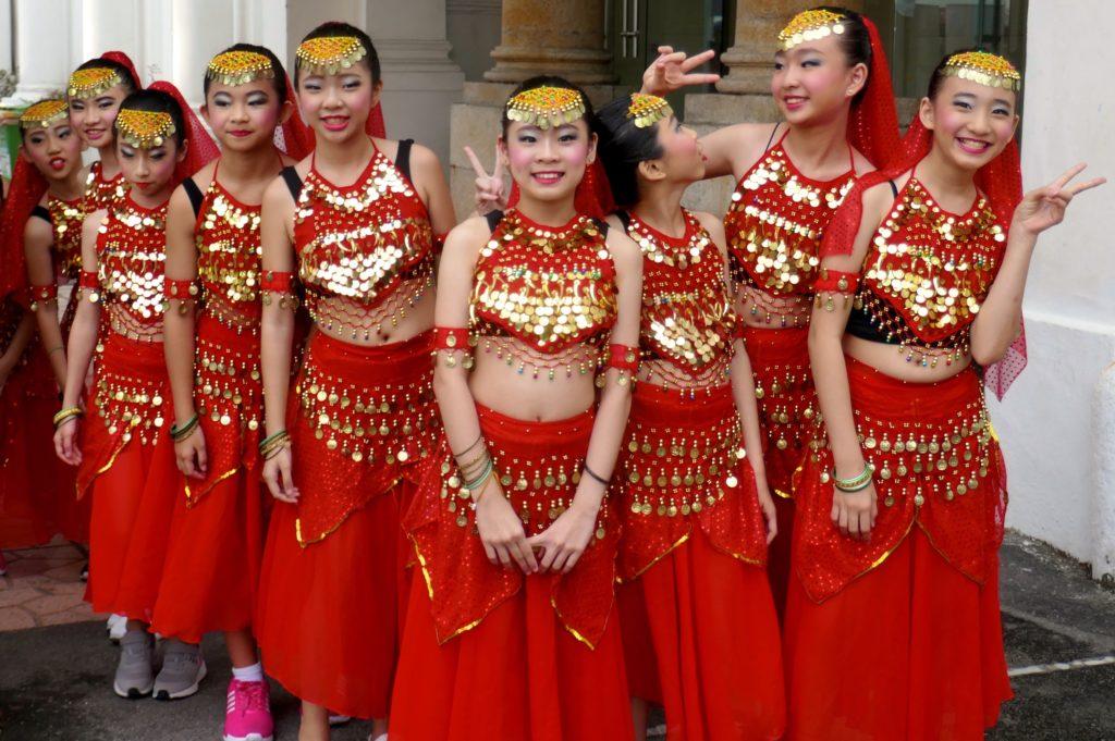 Chap Goh Meh, chinesischer Valentinstag in George Town, Malaysia. Junge Tänzerinnen aus dem Vorprogramm.