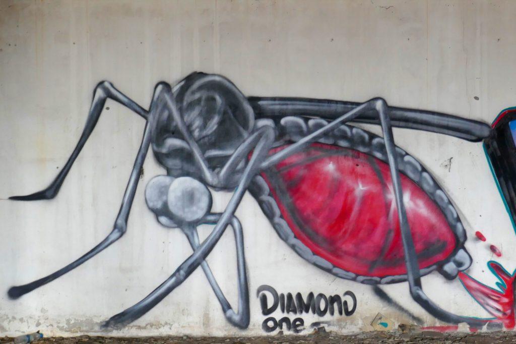 New World Mall, Bangkok. Wandgemälde des Künstlers Diamond One von 2014 im Lost Place.