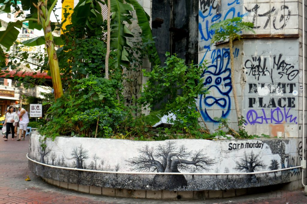 """New World Mall, Bangkok. Kleiner """"urbaner Dschungel"""" auf der Vorderseite."""