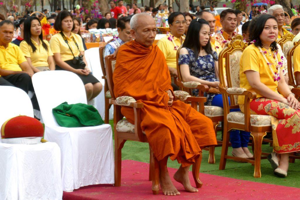 Tak Bat in Phuket Town. Im Publikum der ranghöchste Mönch, Phra Rachasirimuni.