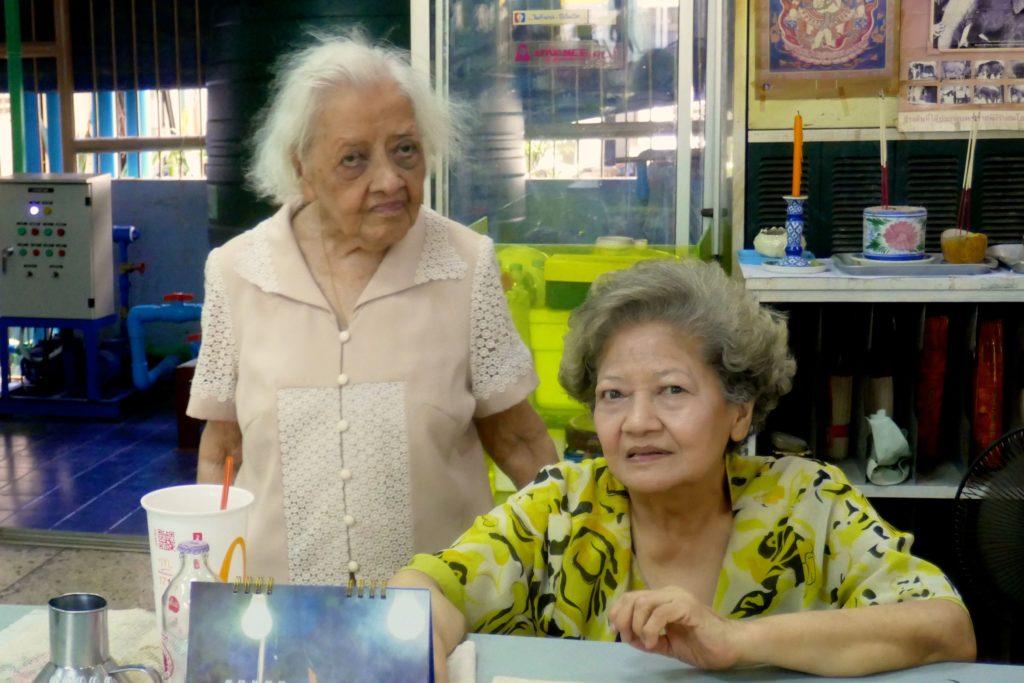 Links Aroon Niyomvanich, die 97-jährige Besitzerin des Kaufhauses Nightingale-Olympic, Bangkok.