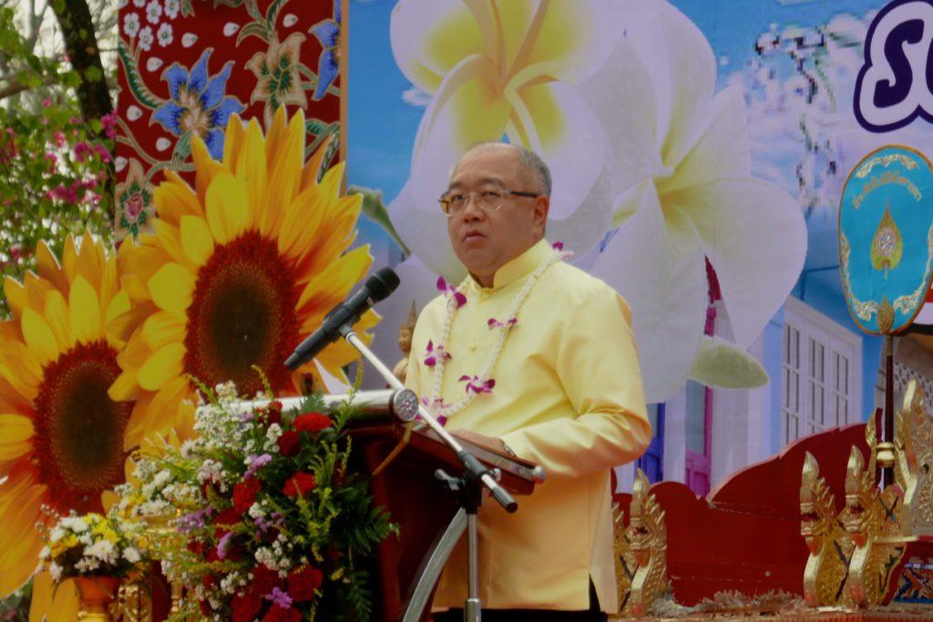 Songkran in Phuket Town. Ansprache des Gouverneurs von Phuket, Phakaphong Tavipatana, vor der Tak-Bat-Zeremonie.