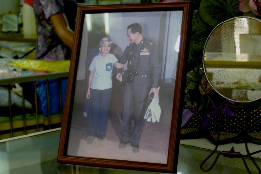 Foto im Kaufhaus Nightingale-Olympic, Bangkok: Aroon Niyomvanich mit dem verstorbenen König Bhumibol Adulyadej.