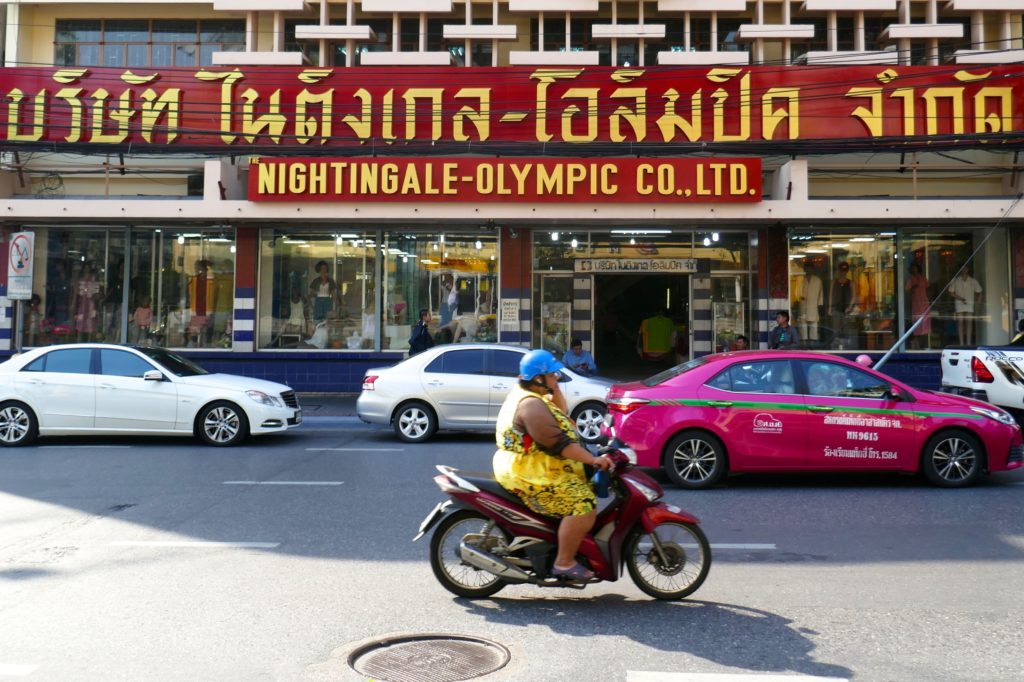 Auf der Straße vor dem Nightingale-Olympic in Bangkok.
