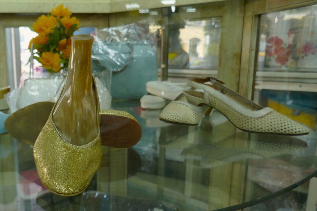 Vintage-Ware: Schuhe aus einer anderen Zeit im Nightingale-Olympic in Bangkok.