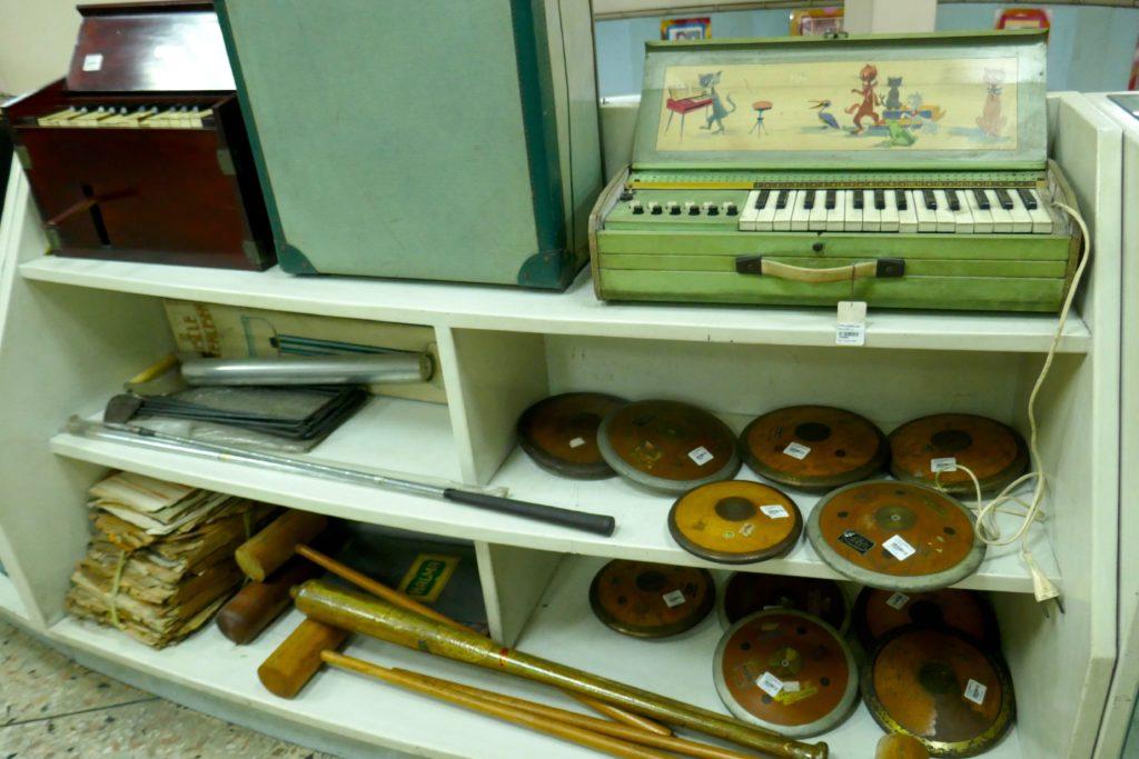 Kaufhaus Nightingale-Olympic, Bangkok. Musikinstrumente und Sportartikel.