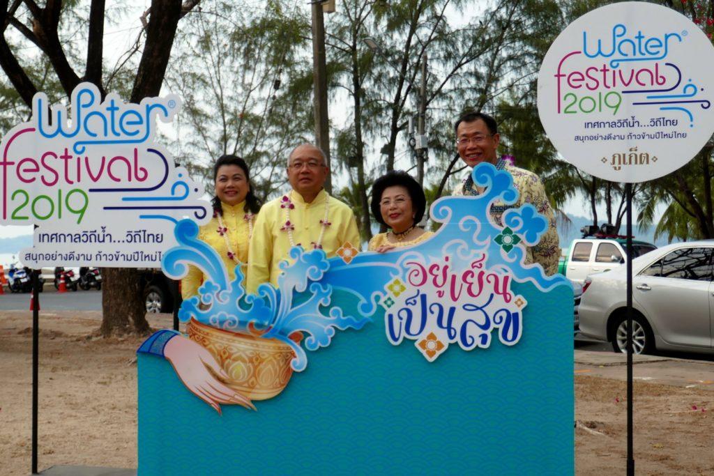 Tak Bat während Songkran in Phuket Town, in der Mitte Gouverneur Phakaphong Tavipatana und Bürgermeisterin Somjai Suwannaphapana.