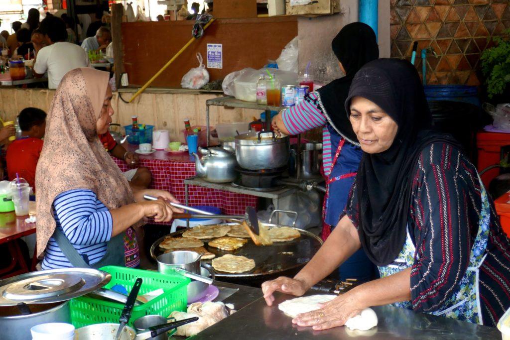 Talad Kaset Markt in Phuket Town. Fleißige Frauen sorgen für schmackhafte Roti.